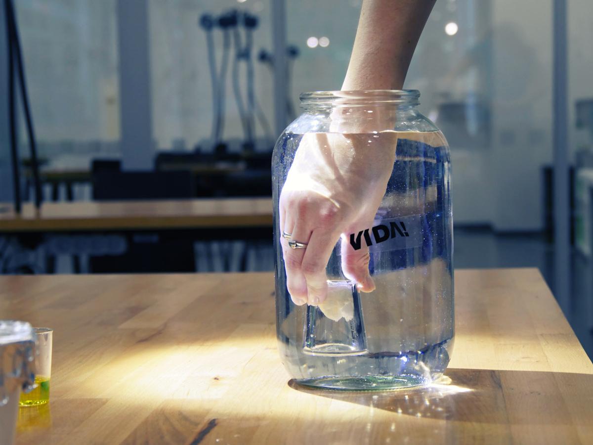 Jak ponořit ubrousek do vody tak, aby byl pořád suchý? Přejít na detail pokusu